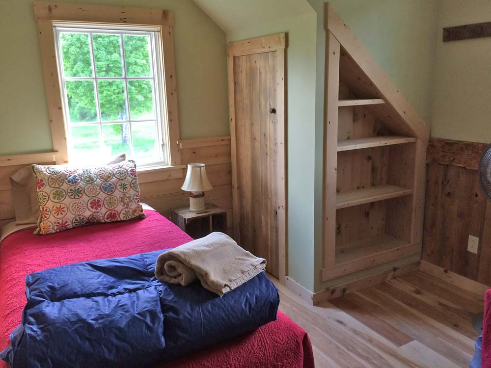 Farmhouse Bedroom with 2 twin beds